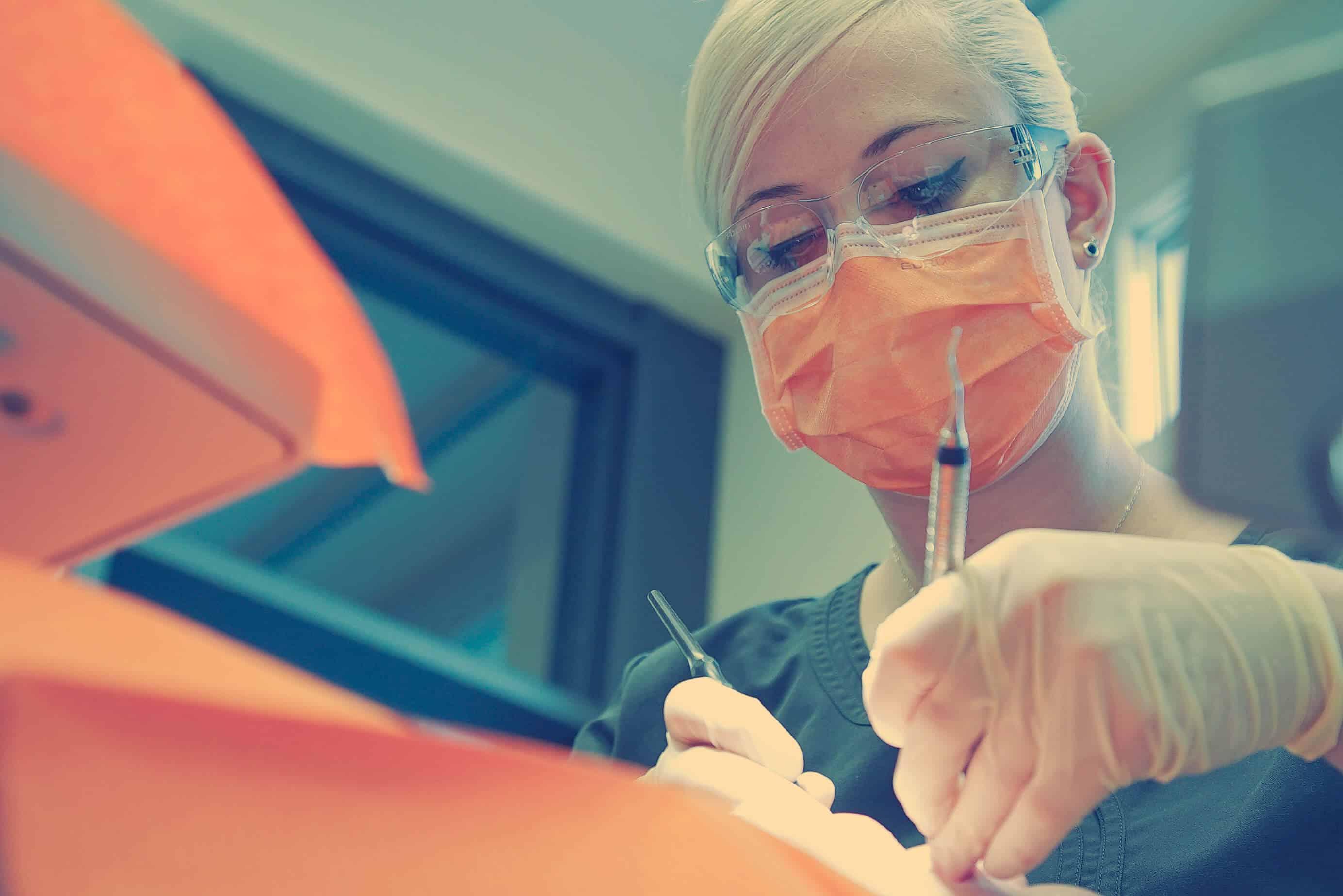 Nicole Ganzer, Dentalhygienikerin bei der Arbeit